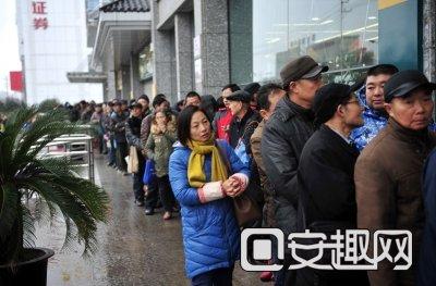 邮迷排队等待开门。